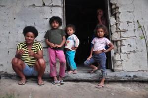 Luzia Cardoso de Lima mora com seus quatro filhos no beiradão (Foto: Daniela Alarcon)