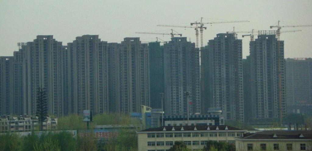 Prédios sendo construídos em série em Wuhan,  cidade com mais de dez milhões de habitantes. Foto: Camila Moreno
