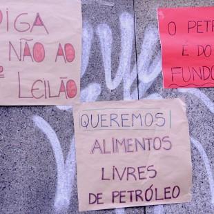 """Cartazes contra a """"sociedade do petróleo"""""""