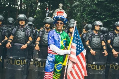 """Manifestante pró-impeachment faz selfie com policiais. Para Zibechi, classes médias """"Já não têm como referência as camadas de profissionais que se formaram em universidades públicas; que liam livros e continuavam estudando ao encerrar suas carreiras"""""""