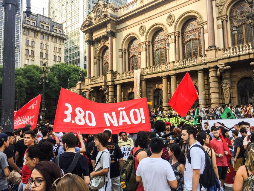 Sao Paulo- SP- Brasil- 08/01/2016- Movimento Passe Livre (MPL), realiza ato contra o aumento das tarifas do transporte público na cidade de São Paulo. Foto: Paulo Pinto/ Fotos Públicas